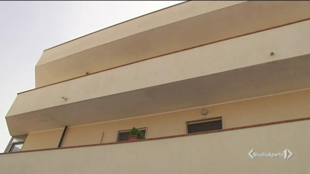 Giù dal balcone, 'angelo' lo salva