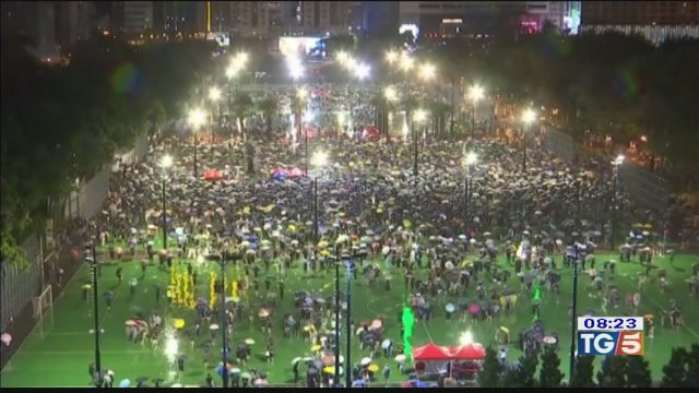 Hong Kong in piazza la Cina reagisce