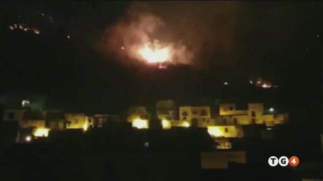 E' maxi incendio sfollati a Sarno
